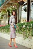 Muchacha morena hermosa, atractiva y elegante en traje púrpura AG fotografía de archivo libre de regalías