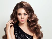 Muchacha morena hermosa con de largo y pelo rizado brillante del volumen Imagenes de archivo