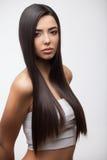 Muchacha morena hermosa con el pelo largo sano Fotos de archivo libres de regalías