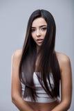 Muchacha morena hermosa con el pelo largo sano Imagenes de archivo