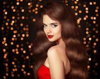 Muchacha morena hermosa con el pelo ondulado brillante largo Señora elegante fotos de archivo