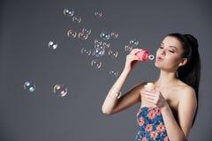 Muchacha morena hermosa con las burbujas Imagen de archivo libre de regalías