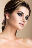 Muchacha morena hermosa con maquillaje de la tarde y Fotos de archivo