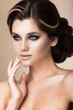 Muchacha morena hermosa con maquillaje de la tarde y Fotografía de archivo libre de regalías