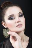Muchacha morena hermosa con maquillaje de la tarde y piel perfecta Cara de la belleza Imágenes de archivo libres de regalías