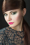 Muchacha morena hermosa con maquillaje de la tarde y piel perfecta Cara de la belleza Fotografía de archivo libre de regalías