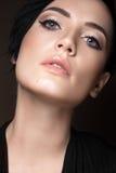 Muchacha morena hermosa con maquillaje de la tarde y piel perfecta Cara de la belleza Imagen de archivo libre de regalías