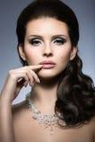 Muchacha morena hermosa con maquillaje de la tarde y piel perfecta Cara de la belleza Foto de la manera Imagenes de archivo