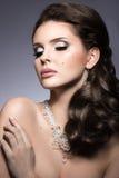 Muchacha morena hermosa con maquillaje de la tarde y piel perfecta Cara de la belleza Foto de la manera Foto de archivo
