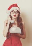 Muchacha morena hermosa en sombrero de la Navidad Fotografía de archivo