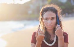 Muchacha morena hermosa joven con los puntos en su cara, estilo indio ?tnico fotografía de archivo libre de regalías