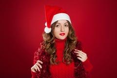 Muchacha morena hermosa que lleva el sombrero de Papá Noel Imagen de archivo libre de regalías