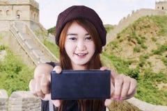 Muchacha morena hermosa que toma el selfie Imagen de archivo libre de regalías