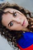 Muchacha morena joven atractiva hermosa con la figura delgada fina larga del pelo ondulado y el maquillaje bonito de la cara que  Foto de archivo