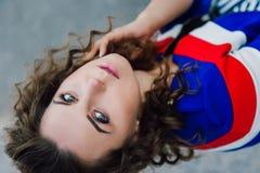 Muchacha morena joven atractiva hermosa con la figura delgada fina larga del pelo ondulado y el maquillaje bonito de la cara que  Foto de archivo libre de regalías