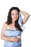 Muchacha morena joven hermosa envuelta en toalla Fotos de archivo