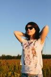 Muchacha morena linda en gafas de sol imagen de archivo