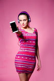 Muchacha morena linda hermosa con los auriculares en un fondo rosado Fotos de archivo libres de regalías