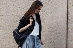 Muchacha morena preciosa del estudiante con la mochila Imagen de archivo libre de regalías