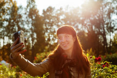 Muchacha morena preciosa que hace el selfie en un jardín hermoso Fotos de archivo libres de regalías