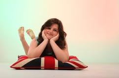 Muchacha morena que abraza la almohada Imagenes de archivo