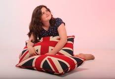 Muchacha morena que abraza la almohada Imagen de archivo