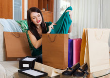 Muchacha morena que mira compras Fotos de archivo libres de regalías