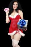 Muchacha morena sensual de la Navidad con los regalos aislados en negro Foto de archivo