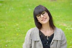 Muchacha morena sonriente, al aire libre Imagen de archivo