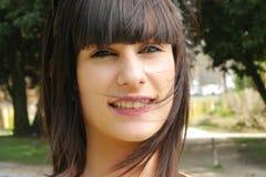 Muchacha morena sonriente joven, al aire libre Foto de archivo libre de regalías