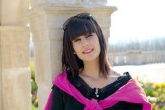 Muchacha morena sonriente joven, al aire libre Imagen de archivo libre de regalías