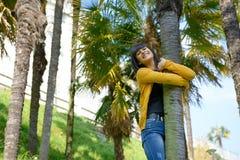 Muchacha morena sonriente joven, al aire libre Imágenes de archivo libres de regalías