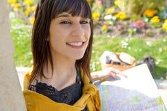 Muchacha morena sonriente joven, al aire libre Imagen de archivo