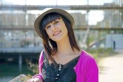 Muchacha morena sonriente joven, al aire libre Fotografía de archivo