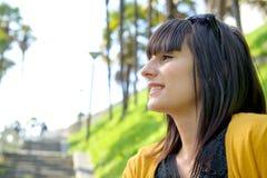 Muchacha morena sonriente joven, al aire libre Imagenes de archivo