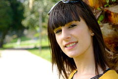 Muchacha morena sonriente joven, al aire libre Fotos de archivo libres de regalías