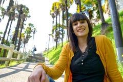 Muchacha morena sonriente joven, al aire libre Fotos de archivo