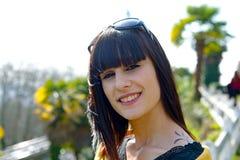 Muchacha morena sonriente joven, al aire libre Fotografía de archivo libre de regalías