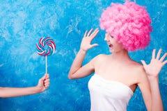 Muchacha/mujer/adolescente cómicos con la peluca rosada Foto de archivo