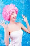 Muchacha/mujer/adolescente cómicos con la peluca rosada Imagen de archivo libre de regalías