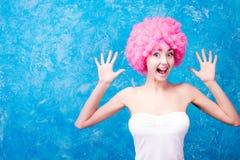 Muchacha/mujer/adolescente cómicos con la peluca rosada Imagen de archivo