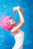 Muchacha/mujer/adolescente cómicos con la peluca rosada Fotografía de archivo libre de regalías