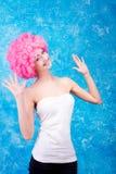 Muchacha/mujer/adolescente cómicos con la peluca rosada Imagenes de archivo