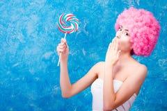 Muchacha/mujer/adolescente cómicos con la peluca rosada Foto de archivo libre de regalías