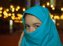 Muchacha musulmán adolescente en una mezquita Foto de archivo libre de regalías