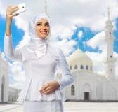 Muchacha musulmán en el fondo blanco de la mezquita Fotografía de archivo