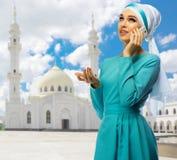 Muchacha musulmán en el fondo blanco de la mezquita Foto de archivo