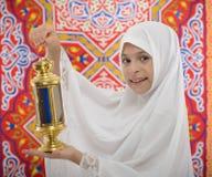 Muchacha musulmán feliz que detiene a Ramadan Lantern festivo
