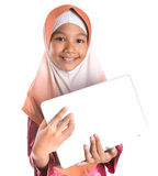 Muchacha musulmán joven con el ordenador portátil IX Imagenes de archivo