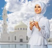 Muchacha musulmán joven en el fondo de la mezquita Imágenes de archivo libres de regalías